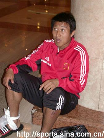 中国队从赛场回到酒店 张恩华脚踝裹着冰袋