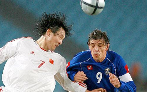 友谊赛-郑智缺阵影响明显疲惫国足0-2不敌塞黑