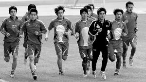 新一期国足集训广州首练大部分球员缺席场面冷清