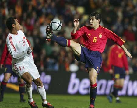 图文-[友谊赛]西班牙VS中国阿尔贝尔达踢伤徐云龙