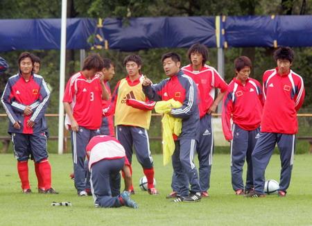 图文-国青荷兰备战世青赛教练员布置训练内容