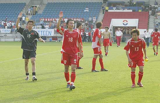 图文-国青2-3负德无缘八强国青将士感谢球迷支持