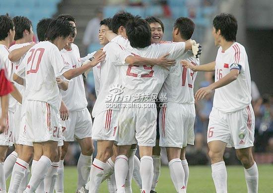 图文-四强赛国足2-0完胜朝鲜队员庆祝国足首胜