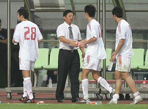 图文-四强赛国足2-0完胜朝鲜杨一民祝贺国足将士