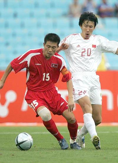 图文-四强赛国足2-0完胜朝鲜王亮欲阻挡对手