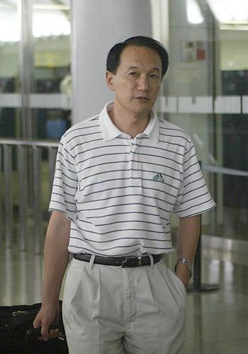 图文-国足返京就地解散龙王潇洒走出机场
