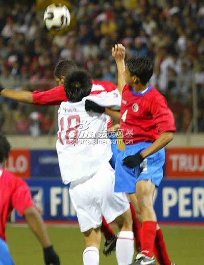 图文-[世少赛]中国1-1哥队小将杨旭争顶头球