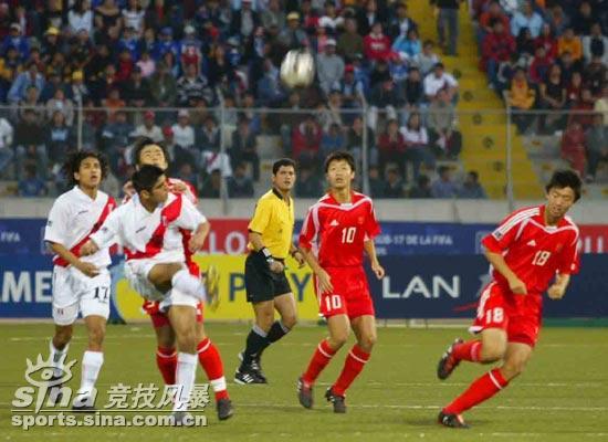 图文-[世少赛]中国1-0秘鲁遭遇围攻秘鲁队大脚解围