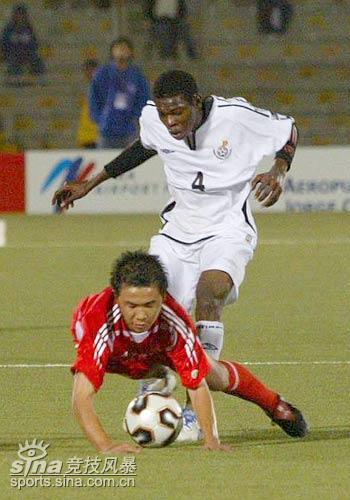 图文-国少1-1平加纳晋级八强杨健被加纳队放倒