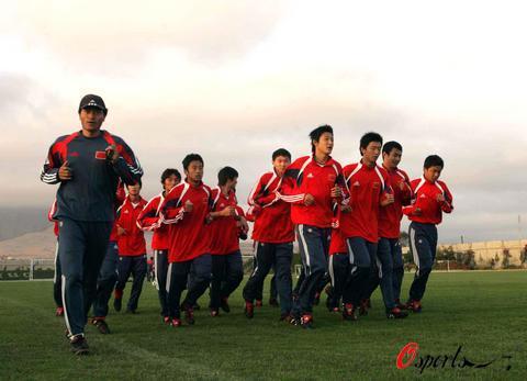 图文-世青赛中国队迎战土耳其希望与朝霞同行