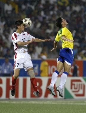 图文-世少赛巴西3-1胜朝鲜双方球员跃起争顶