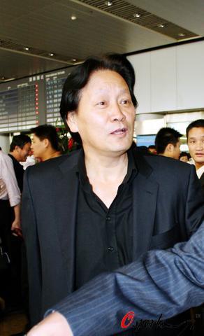 图文-朱广沪率领国足返回北京朱指导满脸笑容