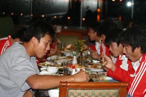图文-国青大胜后全队放松球员晚上在酒店用餐
