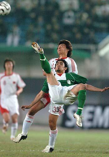 图文-[亚洲杯]中国2-0巴勒斯坦巴队员倒挂金勾