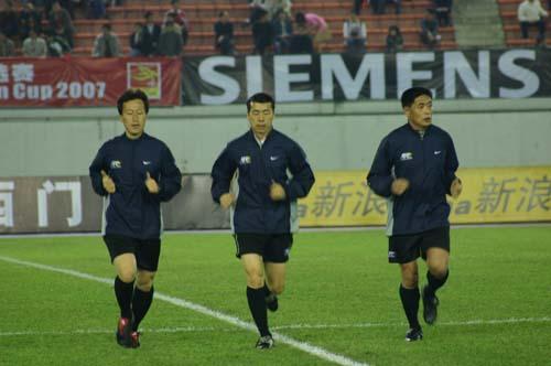 图文-新浪见证国足亚洲杯首胜本场判官跑步入场