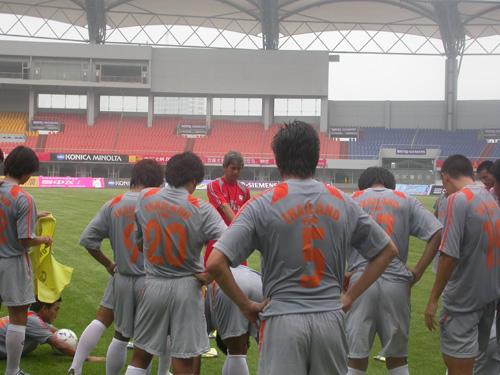 图文-泰国赛前轻松备战球员仔细倾听主帅布置内容