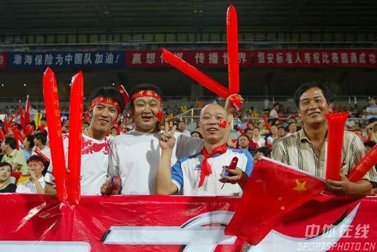图文-[亚洲杯]国足1-0新加坡光头球迷貌似葛优