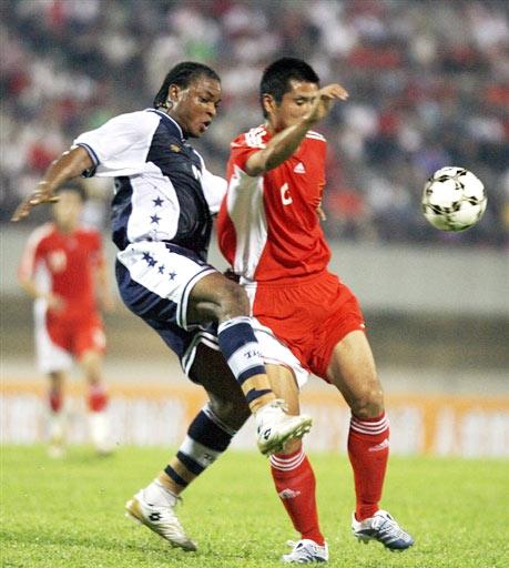 图文-[亚洲杯]新加坡VS中国邵佳一突破遭遇阻拦