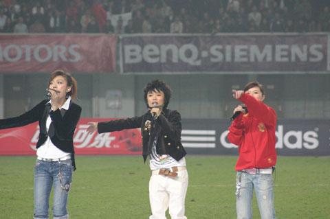 图文-超女助阵中伊大战三位MM用歌声支持中国足球