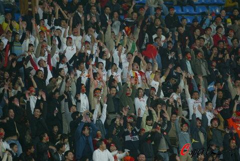 图文-国足1-1平伊拉克列小组第二球迷掀起人浪