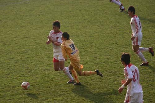图文-国奥0-3负摩纳哥预备队奋力阻止对方突破