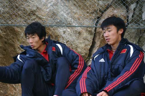 图文-国奥0-3负摩纳哥预备队关注场上队友发挥