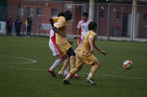 图文-国奥0-3负摩纳哥预备队贴身拼抢防守对方突破