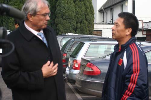 图文-国奥抵达伦敦开始新征程杜伊与李晓光闲聊