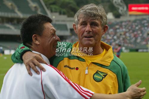图文-贺岁杯国奥力挫澳大利亚米卢与李晓光谈笑