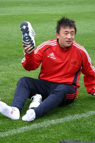 图文-杜伊率国奥首次香河集训王永珀举起运动鞋