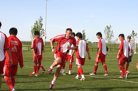 图文-国足丹佛热身赛最后一练体能教练亲身示范