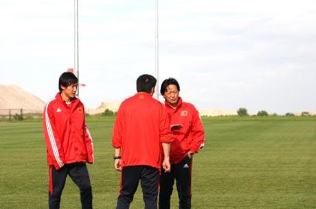 图文-国足丹佛热身赛前最后一练朱广沪场边观摩