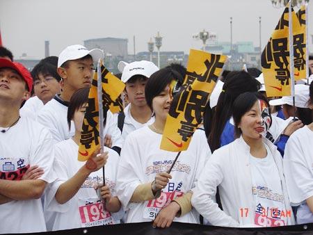 图文-NIKE新浪马拉松团队选手挥舞宣传口号