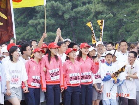 图文-NIKE新浪马拉松团队出发之前加油助威