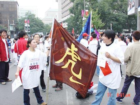 图文-NIKE新浪马拉松团队虎之队在终点合影