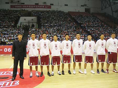 图文-NIKE高中篮球联赛吉林赛区队员列队出场