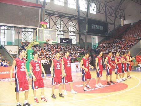 图文-NIKE高中篮球联赛吉林赛区红衣斗士准备应战