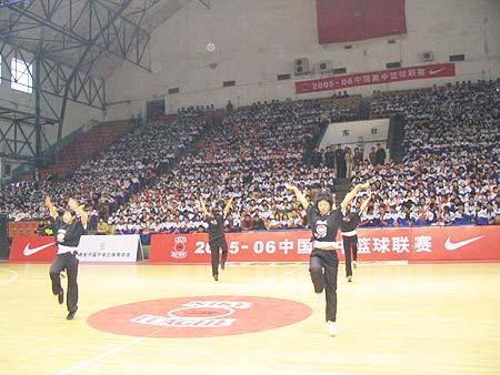 图文-NIKE高中篮球联赛吉林赛区中场休息舞蹈助阵