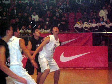 图文-NIKE高中篮球联赛长沙赛区争夺篮板前的卡位