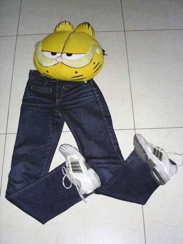 adidas运动鞋搭配牛仔裤