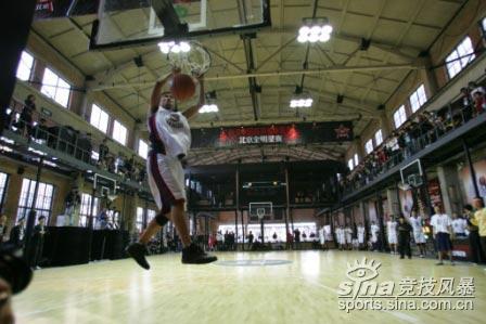 图文-NIKE中国高中篮球联赛北京全明星赛双手爆扣