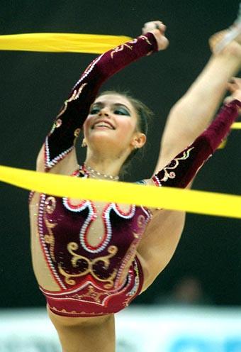 资料图片-俄罗斯艺术体操皇后卡巴耶娃展示无