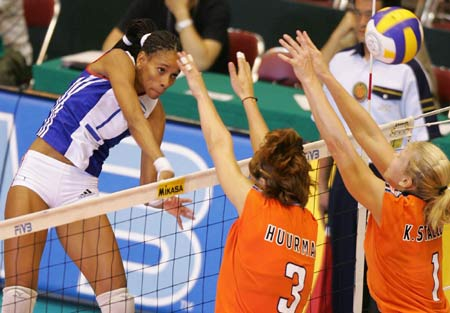 图文-女排大奖赛总决赛古巴完胜路易斯弹跳出众