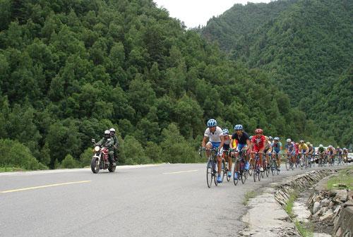 图文-环青海湖自行车赛第八赛段穿越丛山峻岭