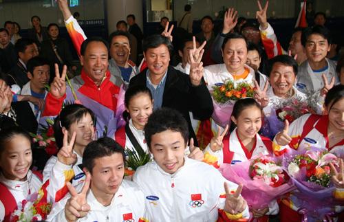 中国体操队今日载誉回京喜悦欢欣交织荡漾(图)