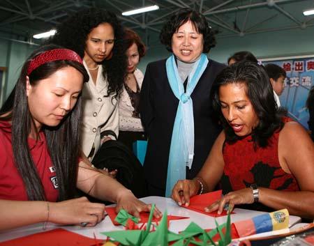 感受中国文化委内瑞拉客人在三里屯小学学剪纸