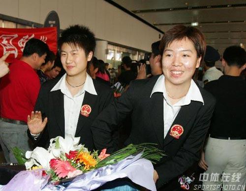 图文-中国乒乓球队携五冠载誉回京李晓霞有些腼腆