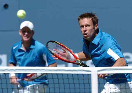 美网男双决赛冠军产生网前回球小心翼翼