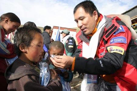 环保队扎营珠峰大本营为孩子们献一份爱心