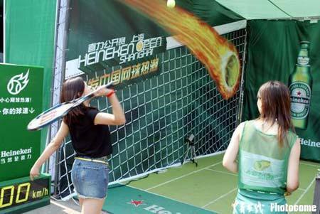 图文-上海网球公开赛赞助商京城造势球迷击球瞬间